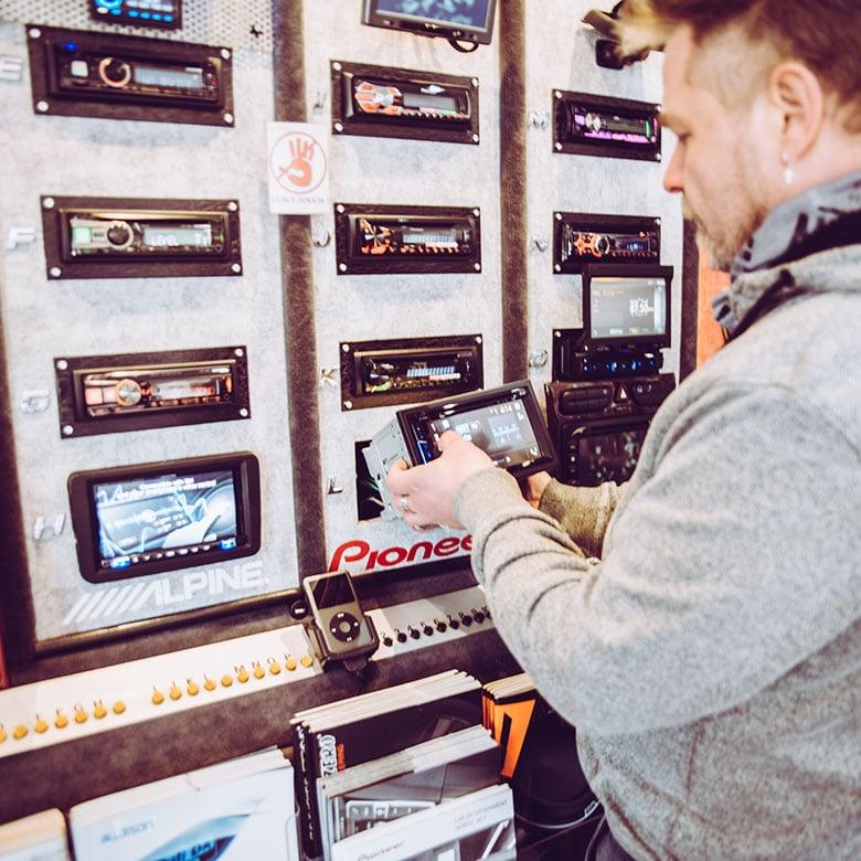 Bilder_unten_3_Autoradio_Service_Hamburg_Rainer_Klimmek_Carhifi_Multimedia_Navigation_Retro_Sound_Akustik_Sicherheit_Mustang